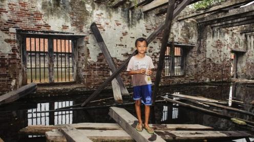 Herbestemming van koloniaal erfgoed in Jakarta en Semarang zet een sociale verschuiving in gang. Hoe beïnvloedt deze ontwikkeling het leven van huidige bewoners en de nieuwe gebruikers? Met ondersteuning vanuit het GCE matchingfonds volgde de fotograaf Isabelle Boon een aantal van deze bewoners.